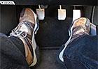 Opíráte si při jízdě nohu o spojkový pedál? Co všechno tím ničíte a proč