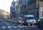 Prasklý vodovod uzavřel dopravu na části magistrály u Ječné ulice