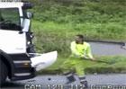 Největší řidičský idiot? Do soupeře se pustil pěstmi, kamionem i lopatou