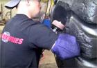 Jak se opravuje gigantická pneumatika dampru? Dřina se vyplatí!