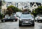 Autonomní volvo od Uberu je skutečně auto bez řidiče. Jezdí i na červenou!