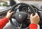 Víte, jak správně držet volant? Na pozici za deset dvě zapomeňte!