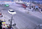 Pro otrlejší: Neuvěřitelná demolice domu neovladatelným kamionem