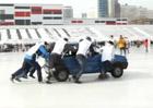 Rusové mají nový zimní sport. Curling hrají se starými auty