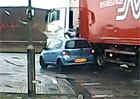 Srážka náklaďáku s Toyotou Yaris: Měl řidič trucku šanci malé auto vidět?
