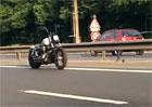 Řidiče v Paříži šokovala motorka bez jezdce. Vtipkují o duchách i testech autopilota