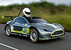 Tenhle Aston Martin nemá motor. A přesto závodí!