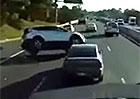 Kupujete SUV, protože jsou bezpečnější? Takhle malý ťukanec stačí, aby skončilo na střeše