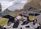 Motorkář bravurně ustál kolizi s autem na Nürburgringu. Řidič se mu ani neomluvil