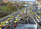 Pražští taxikáři chtějí pomalou jízdou protestovat proti Uberu. Ucpou cestu na letiště