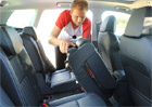 Se zadními sedadly Škody Karoq lze provádět hotová kouzla. Podívejte se!