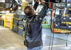 Proč zaměstnanci Fordu nosí při práci tuhle zvláštnost? Unikátní vesta pomůže s únavou