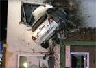 Nejkurióznější nehoda roku? Řidič zapíchl auto do domu. V prvním patře!