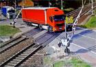 Další řidič kamionu ohrožoval v Česku životy na železničním přejezdu. Prorazil závoru a ujel