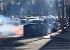 Další Tesla v plamenech. Elektromobil vzplál v centru města z ničeho nic