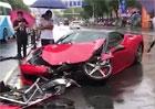 Řidička vyrazila do deštivých ulic ve Ferrari s vypnutou kontrolou trakce. Dopadlo to dle očekávání