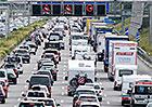 Řidiče cestující na jih o víkendu opět čeká řada komplikací