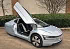 Do aukce míří raritní VW XL1. Pamatujete na dieselový hybrid bez zrcátek?