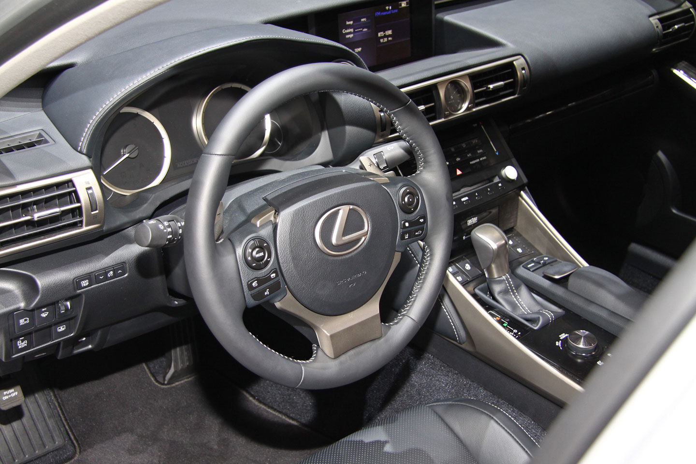 Prvn� statick� dojmy: Lexus IS vsadil na organick� design a hybridn� pohon (+ video)
